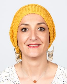 Vita Rose bonnet Everest en laine naturelle de bambou, coloris jaune orangé.